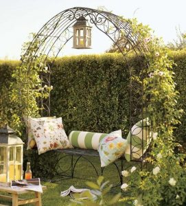 déco-jardin-petite-pergola-banc-fer-fleurs-grimpantes